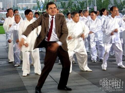"""""""憨豆先生""""首访上海 与广场舞大妈斗舞 """"踢飞""""王自健"""