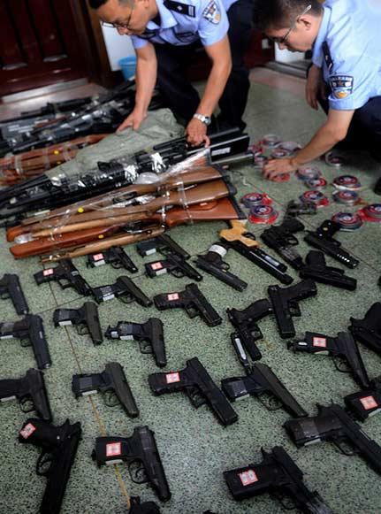 沈阳女军迷私藏仿真枪108支 被警方收缴