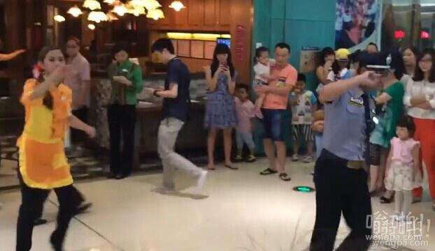 长沙万达广场东南亚餐厅保安服务员飙舞吸引顾客(视频)
