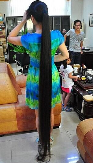 女子拍卖她的两米长发,为学校筹集资金