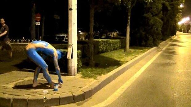 2013北京抱充气娃娃裸奔哥再出手 浑身涂成蓝色扮阿凡达抱充气娃娃裸体狂奔