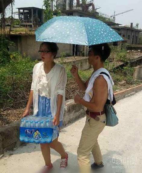大热天给女神撑伞的细心暖男,赞一个!