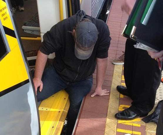 当倒霉的胖子大腿被夹在列车与站台之间,车站工作人员和乘客推动车厢将他救出(视频)