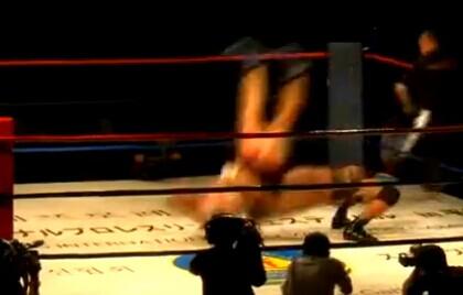 朝鲜国际摔跤大赛开战 国外猛汉引女观众惊叫连连(视频)