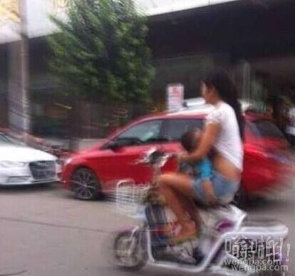 女子边骑车边撩起衣服喂奶 表拿生命开玩笑啊