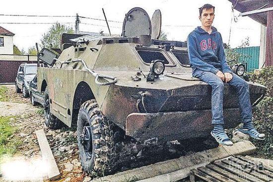俄罗斯一25岁小伙几经周折成功网购装甲车 打算自驾游