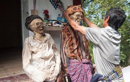 印尼村庄离奇的习俗:每年挖出他们死去的亲人给他们擦洗穿上干净衣服(慎入)