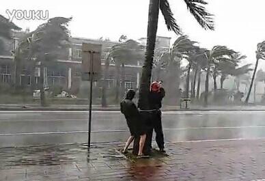 """在中国,是这样报道台风的:""""我现在没有办法说话,风实在是太大了,现在几乎都是风……"""""""