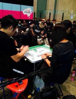 你以为这只是在打麻将?这是中国人在澳洲排队买iPhone 6
