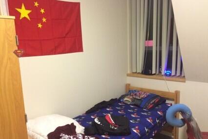 #我和国旗合个影#我天天睡在我大五星红旗脚下! 我在美利坚,我爱我祖国!