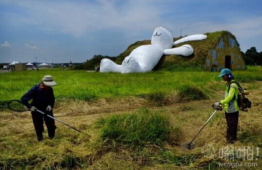 """""""大黄鸭""""之父霍夫曼打造""""月兔""""亮相台湾"""