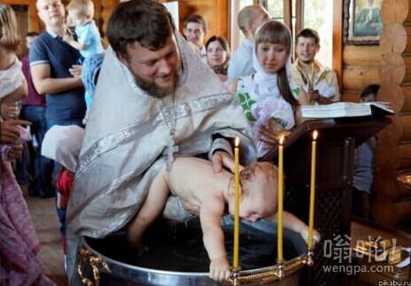 宝宝受洗,以为是要煮他抓住桶边死也不松手