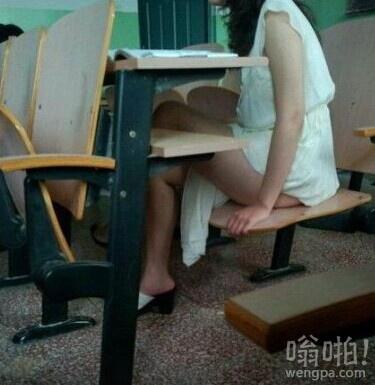 女同学听课很认真的样子