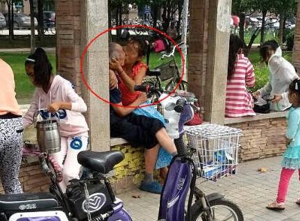 郑州老大爷公园长廊与一位中年女子旁若无人亲密激吻