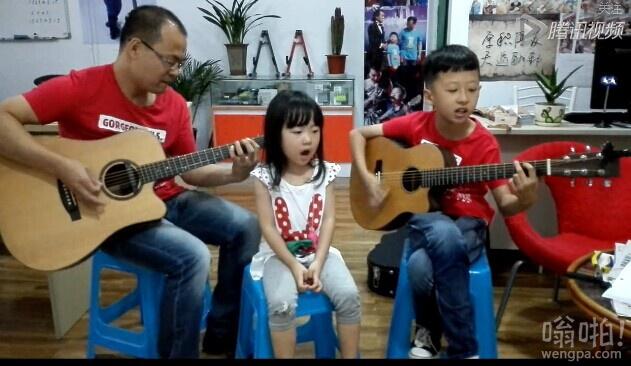 吉他父子和小萝莉合唱《小苹果》(视频)