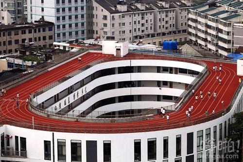 浙江一小学在楼顶建操场跑道 可容纳近2000人 在全国尚属首例(图)