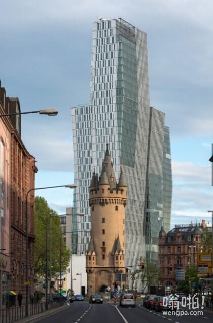 法兰克福600年的塔在现代高层前