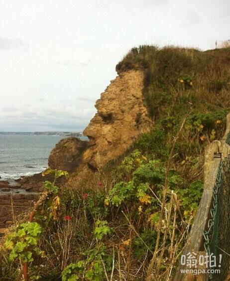 海边的大胡子老头:悬崖形成看起来就像一个庄严的大胡子老头侧面