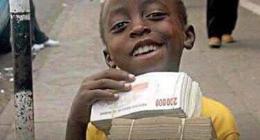 别以为光天化日之下孩子手捧这么几捆大面额钞票会当心被抢,其实这一沓钞票只够买一个面包的。