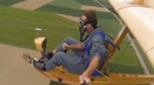 德国小伙自制小型滑翔机飞行自拍(视频)