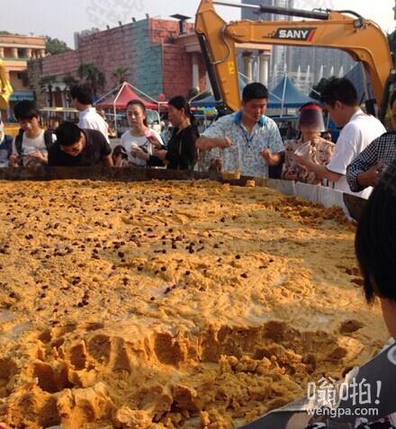 长沙世界之窗用挖掘机做世界最大南瓜饼 做最大南瓜饼哪家强?