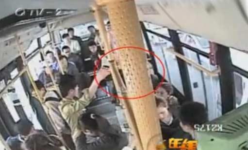 变态男公交露下体10分钟 女孩拍下过程(视频)