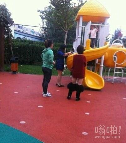 今天在幼儿园看见一个穿棉靴的女人,她二姐说:我以为她把裤子脱了呢!