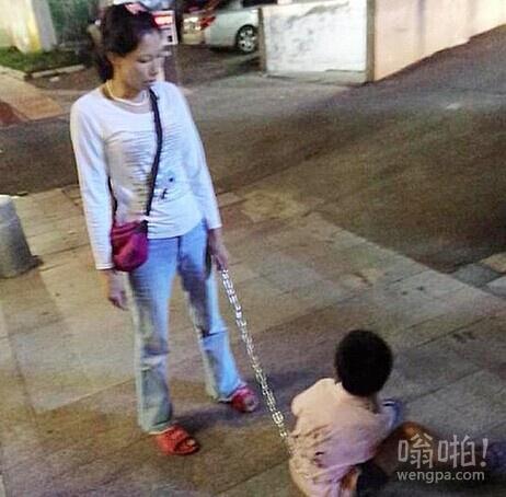 珠海39岁单亲妈妈用狗链锁住9岁儿子在自行车后座 防止其逃跑