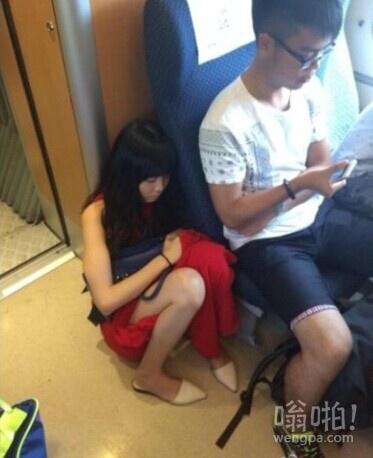 世界上最远的距离,不是生与死的距离;而是女孩蹲在屌丝身后,屌丝却玩着手机
