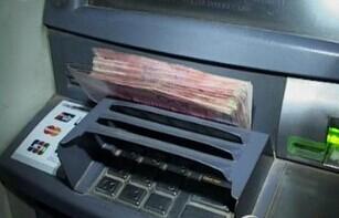 女子取钱尚未插卡 柜员机吐出4800元 当即报警将钱上交