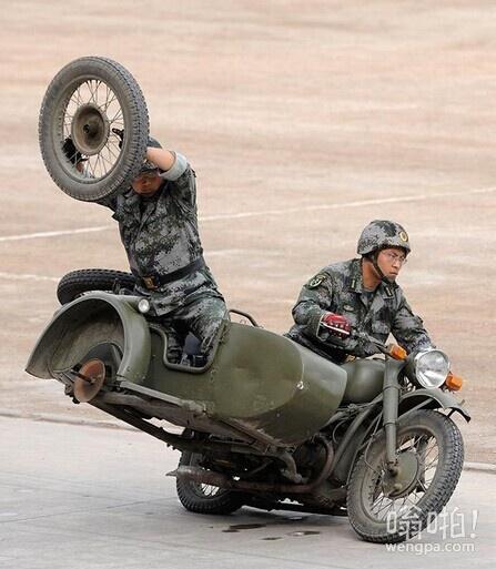 武警演习行驶中换胎