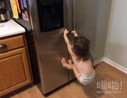 吃货女儿自己找吃的,感觉哪里不对劲