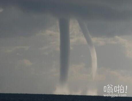 """青海湖现""""龙吸水""""景观:9条白色水柱连接湖天(视频)"""