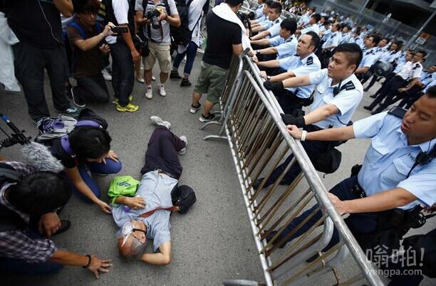 香港国庆假期上万人参加集会 要求民主选举 特区政府呼吁停止集会