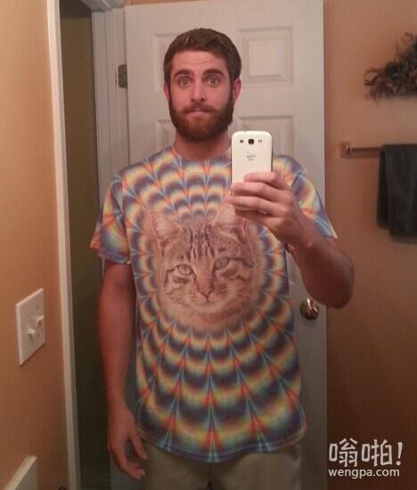 这T恤是奶奶送的生日礼物,自拍一下发到朋友圈
