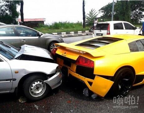 撞了个漂亮的跑车 不知道贵不贵