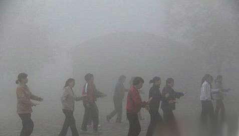 再大的雾霾也挡不住跳广场舞的大妈