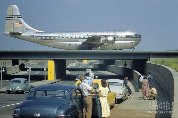 1951年3月,纽约 -游客下出租车观看路过的飞机