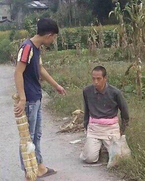 网曝遵义高中生殴打智障男子  警方:只令其下跪(视频)