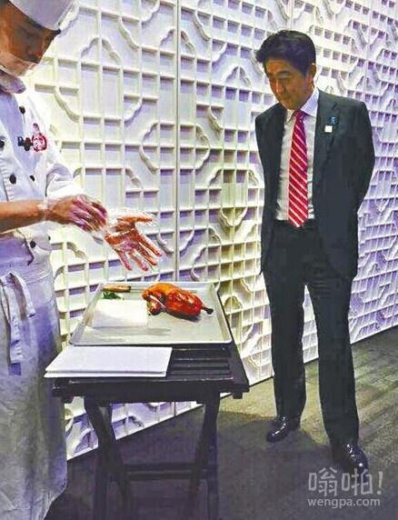 安倍在北京吃烤鸭 站着看师傅片皮  网友调侃:一刀下去,民族仇恨就了了