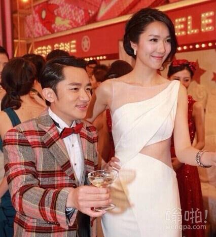 #王祖蓝求婚成功#虽然这两个人我都不认识,但这图片满是武大郎和朱丽叶的即视感。另外,我还想说一句,卧槽!