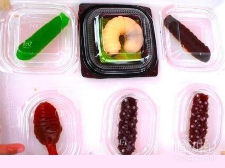 日本一家糖果店推出的一款幼虫软糖,光看造型就让人醉了!!可尔必思味的外壳,里面的内脏是蓝莓口味。。