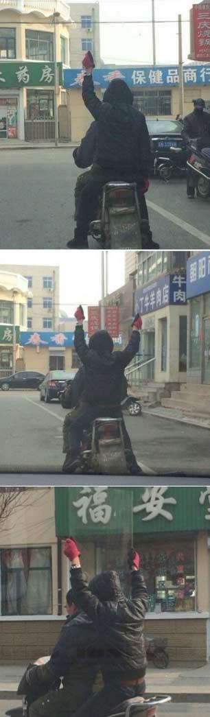 路上遇见一哥们一直举着手,上前一看原来是这样