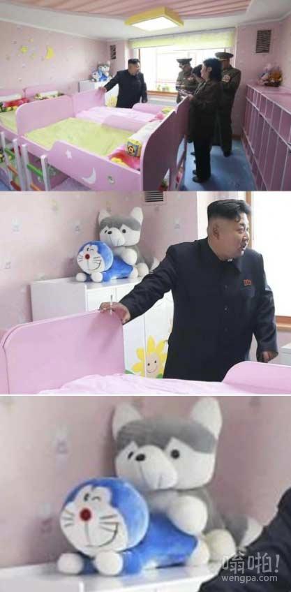 在这张照片上有太多不合适的东西:金正恩被拍到在平壤孤儿院访问,房间角落的毛绒玩具成功抢镜