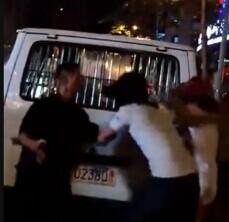 """【视频】""""百元哥""""被打视频曝光:小红帽高喊""""我死人妖关你什么事?你打呀!"""" 然后就被打了"""