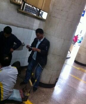 【视频】乞丐数钱算收成 掏iPhone6拍照留念 网友:卖腰子的应该向哈腰的学习!