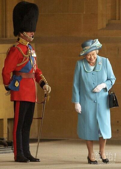 女王笑了,因为她通过她的丈夫穿着制服的爱丁堡公爵
