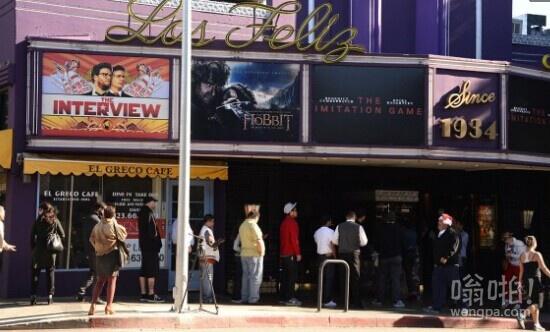 《刺杀金正恩》(又名:采访)上映 民众电影院排队等待观看