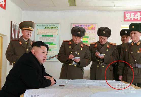 金正恩视察兵营,右边军官拳头拽那么紧是不是想要海扁一顿大元帅啊
