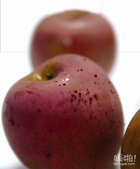"""苹果""""出血""""了!女子买苹果用热水烫洗 10分钟后渗出""""血滴"""""""